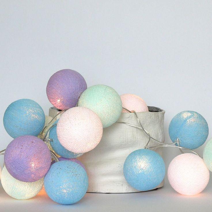 Lawenda, błękit i delikatny, rozbielony turkus to ulubiony zestaw w jednym z naszych zaprzyjaźnionych sklepów - zachwyca najmodniejszymi w tym sezonie, pudrowymi kolorami.  Cotton Ball Lights