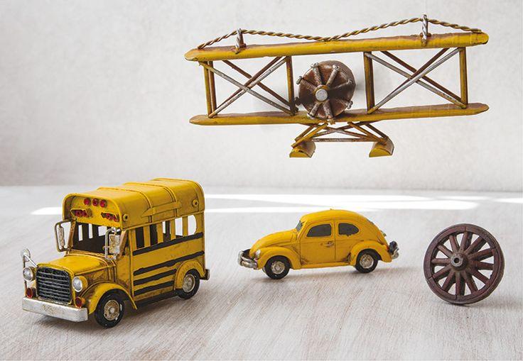Aεροπλάνο, σχολικό λεωφορείο, σκαραβαίος και ρόδα κάρου