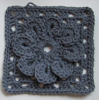 Granny square with a flower. Free pattern. Moss ༺✿ƬⱤღ  https://www.pinterest.com/teretegui/✿༻