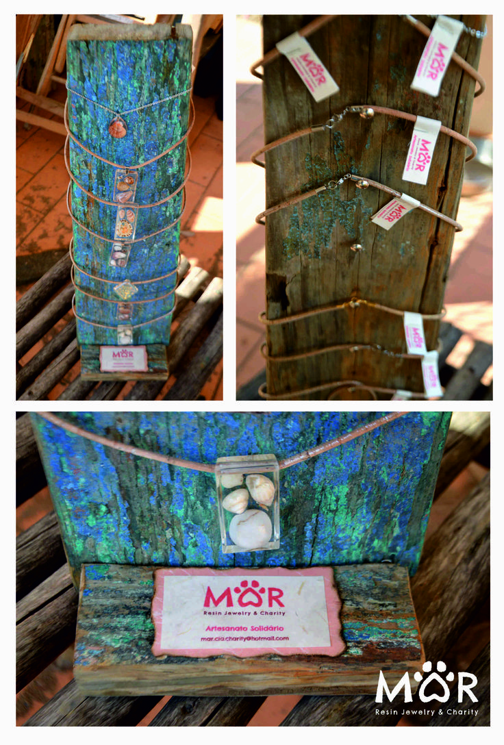 Expositor MAR feito com tábuas de barcos antigos  More info: mar.cia.charity@hotmail.com