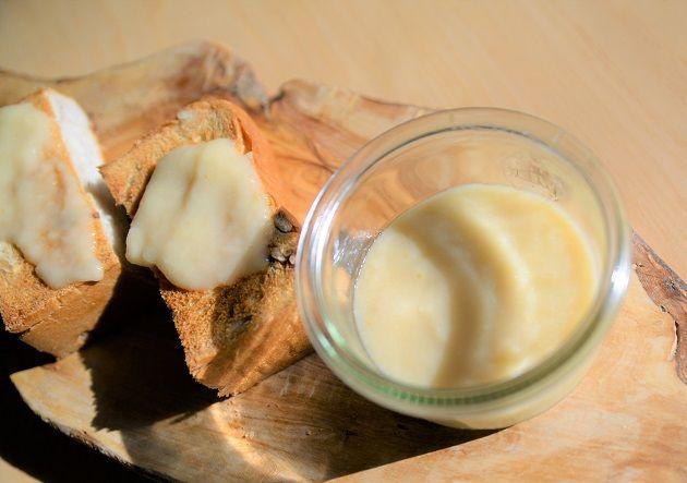 リンゴが旬な季節になりました。  この季節は オーガニックリンゴが手に入るのでうれしいですよね。 私も毎日のようにオーガニックりんごを食べています。 さて、今回はそんな旬の「りんご」を使った、 とっても簡単にできる「りんごクリーム」の作り方をご紹介したいと思います。  材料3つでできる、超簡単やみつきりんごクリームの作り方  材料 ・オーガニックりんご 2つ ・ココナッツミルク缶(BPAフリー) 3分の2 ・葛 おおさじ2 ・少量の水または無調整豆乳 必要に応じて   作り方 1 オーガニックリンゴとココナッツミルクをミキサーで攪拌する。 2 鍋に1を入れ、水でといた葛を入れ、クリーム状になるまで弱火でにつめる。 3 できあがり♬ どうでしょ?! とにかく「簡単」ですよね! 甘さが足りなかったらほんのちょこっとだけ ローマヌカハニーを混ぜてもおいしいかも! 甘味料は不使用だけど、 自然なリンゴの甘さがあるから満足感もありますよ。 アレンジ方法のご紹介 使い方その1  パンに塗って・・    おいしいオーガニックのパンがあれば ぜひりんごクリームを塗っていただきましょう。…