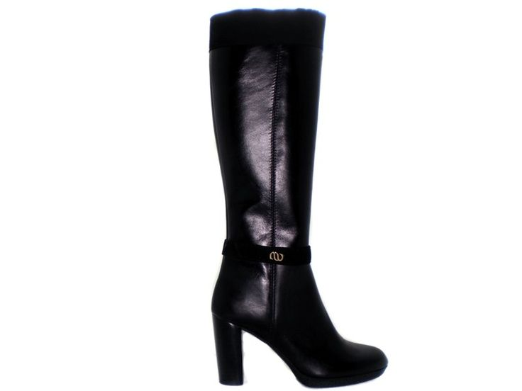 All time classic leather boot decorated with suede leather.