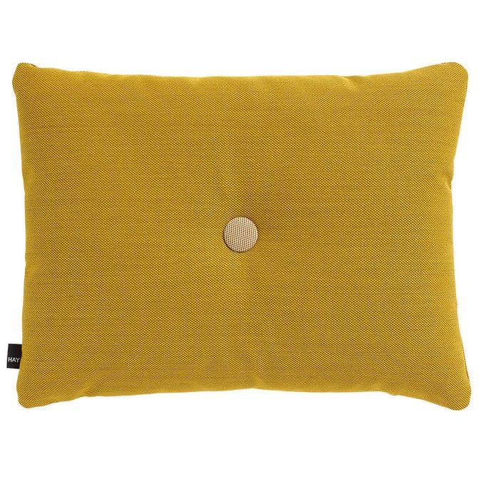 Das charakteristischste Merkmal an der Kollektion Dot Cushion ist der sich abhebende Knopf in der Mitte.  Dot Cushion ist ein gemütliches Kissen zum Entspannen und gleichzeitig ein angenehmer Farbtupfer auf dem Sofa. Die wertvollen Stoffe von kvadrat fühlen sich nicht nur gut an, sondern sind auch äußerst strapazierfähig.