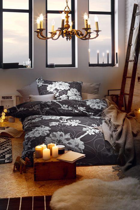 viele kerzen im schlafzimmer sorgen für romantik und