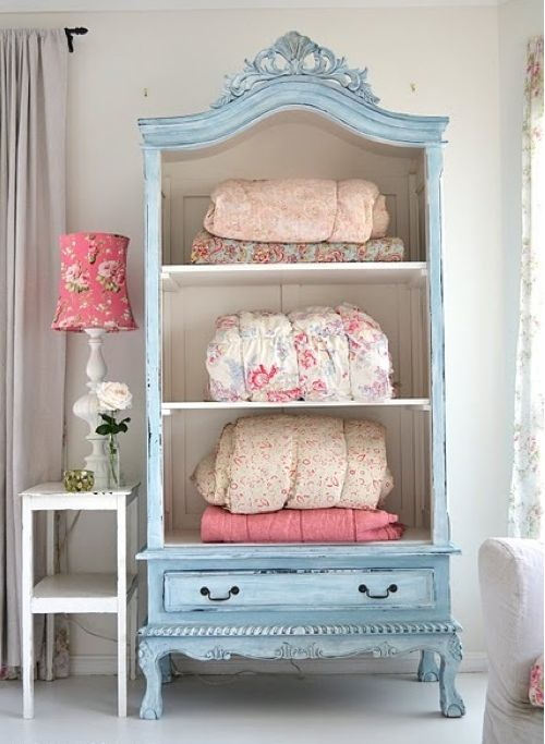 Attractive way to display and store extra linens and blankets for a guest room! The color of  EOllie's dresser.