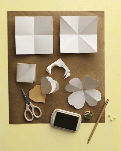 Dans des carrés de papier pliés en quatre, puis pliés dans la diagonale afin de donner du volume à la future fleur, vous découperez la forme...