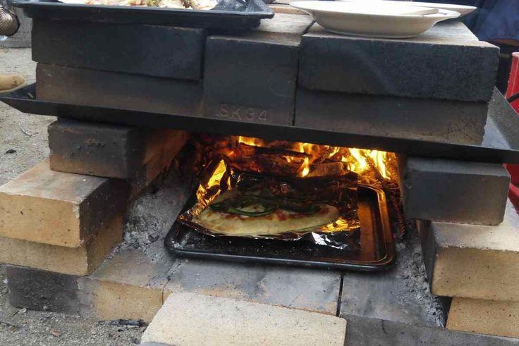 15分でできる簡易型の石窯の作り方です。高温でピザもぱりっと焼ける優れもの。しかも、移動が可能です。以前、小学校や児童館にレンガを積んでピザ焼きプログラムをやったこともあります。窯の製作から片付けまで半日ちょっとあればで