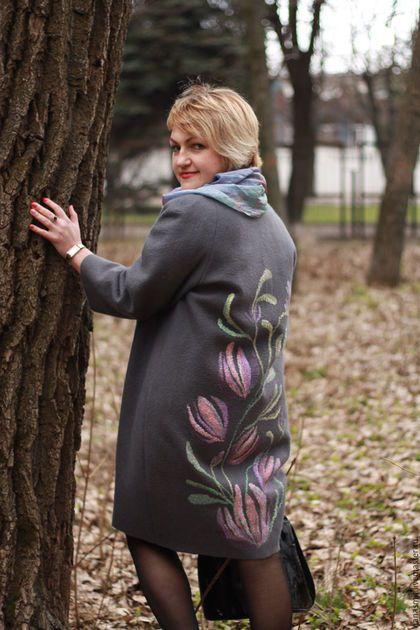 Купить или заказать Валяное пальто-кокон 'Весенние цветы' в интернет-магазине на Ярмарке Мастеров. Пальто-кокон сваляно по мк Катерины Коршун из мериносовой шерсти на натуральном шелковом подкладе. Легкое, теплое и комфортное. При создании рисунка использована технология 'Шелковый трансфер' . Сделаю с удовольствием и для вас с любым рисунком…
