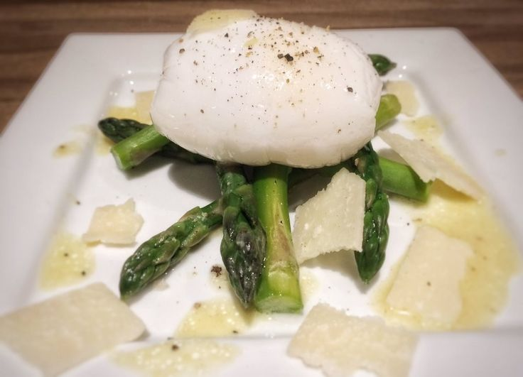 Poached Duck Eggs and Asparagus - This is a very easy starter recipe, as well as quick to make. The poached eggs taste amazing :) - amateurchef.co.uk