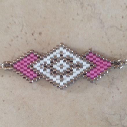 Bracelet en perles MIYUKI 11 délicas blanc, argent et rose Tissage à la main avec une aiguille Dimensions hors accroche : 4 x 2 cm Fermoir mousqueton et chaîne acier inox - 20326916
