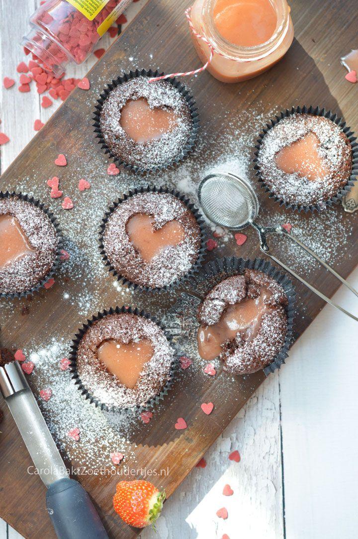 Chocolade cupcake met hart van aardbeien curd. Ik laat je zien hoe je een hartje maakt zonder uitsteker.  Chocolate cupcake with strawberry curd hart.
