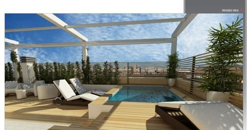 Esta es la terraza. La terraza es muy grande. En la terraza hay una pequeña piscina para enfriarse en verano, dos tumbonas, muchos plantas y un pequeño sofá.