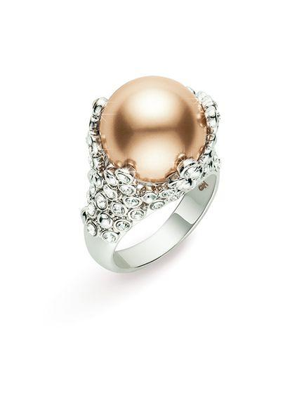 Гипоаллергенный ювелирный сплав. Платиновое покрытие. Ювелирный жемчуг золотистого цвета, кристаллы Swarovski круглой огранки цвета «бриллиант». Ширина ободка кольца: 1,5 см в самой широкой части; 3,5 мм в самой узкой части.