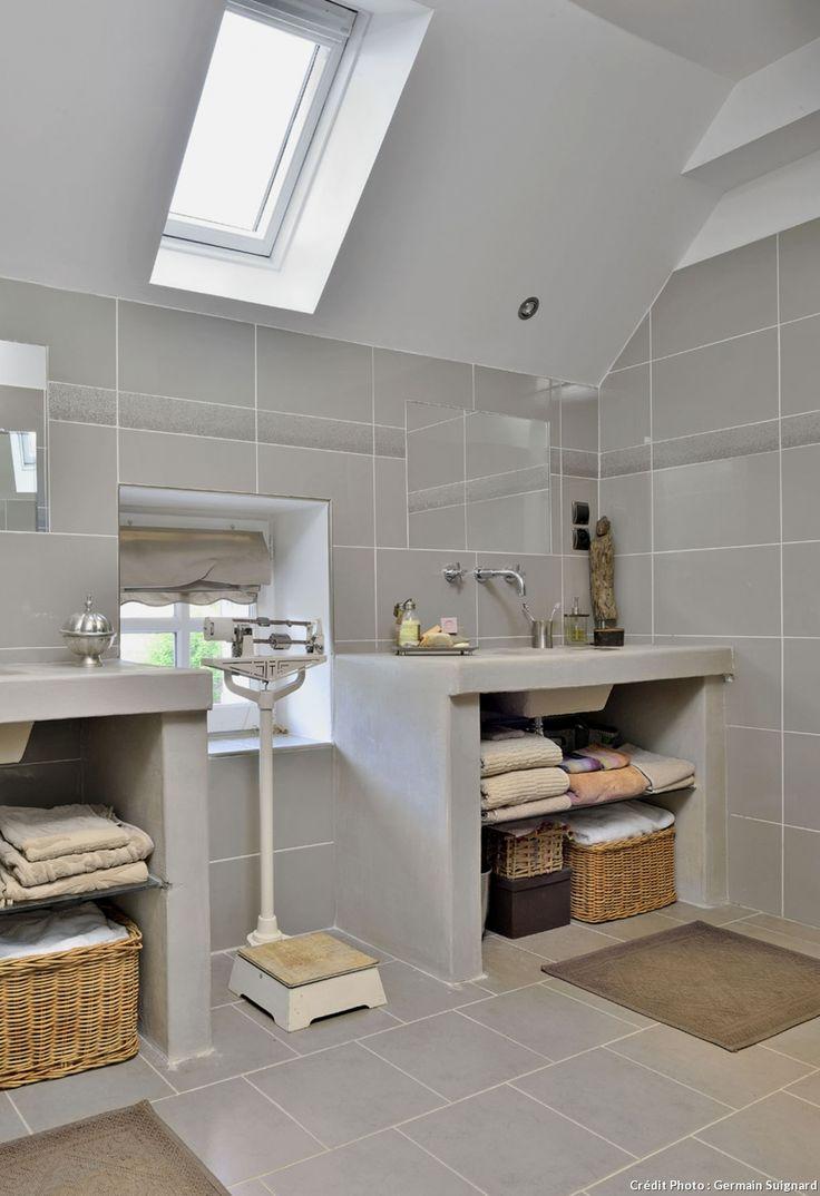 dans la salle de bains entre les deux vasques une ancienne balance testut - Salle De Bain Charlotte Perriand