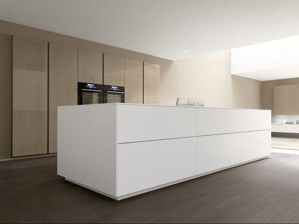 Mooi! Linea van Comprex. Een witte strakke keuken met fronten van 1,2 cm dikte. www.artdesignwonen.nl