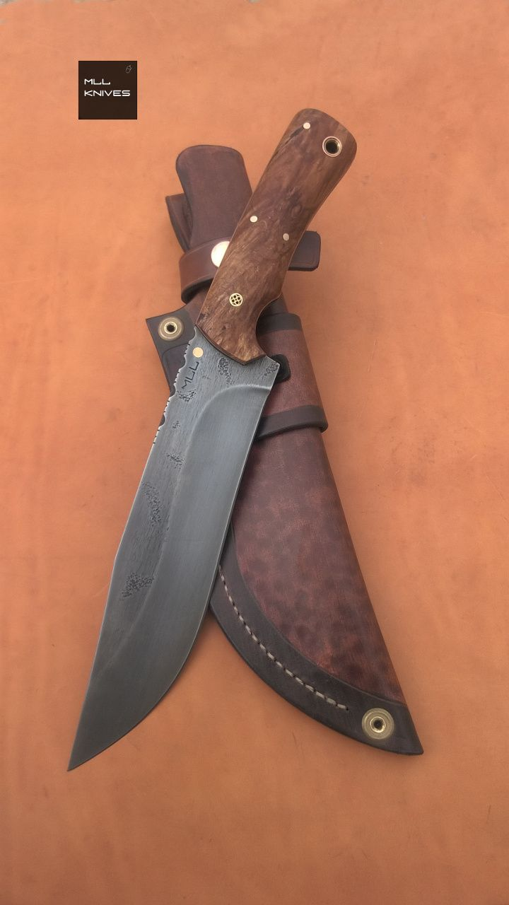 "Big knife Stab Oak Burl Scales STYLE: Falcata. STEEL: 5160 High Carbon Steel, textured aged rust, Spine file work. HANDLE: Stabilized Oak Burl Scales, Copper + Black Liners. HARDWARE: Brass + Copper. SHEATH: Tooled Brown Leather Sheath. OVERALL LENGTH: (325mm) 12.8"". BLADE LENGTH: (200mm) 7.87"". THICKNESS: (5,3mm) 0.21""."