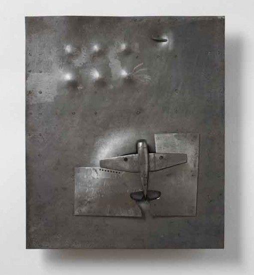 """若林奮 飛葉と振動 @ 名古屋市美術館 「一体これが、彫刻なのか?」3メートルの鉄板が谷のように46メートルも続く作品。花をかたどりながら、大半が地中深くに埋もれた作品・・・。その作品を前にした人は、思わずその不思議さにひきこまれる。 日本を代表する現代彫刻家・若林奮(1936~2003)。ヴェネツィア・ビエンナーレ代表に2度選出、没後も毎年のように展覧会が開かれ、注目され続けてきた。 若林が一貫して探求し続けたテーマ、それは、""""自然と人間との関わり""""。自然と人間はどのような距離で、どのような関係を結ぶべきなのか。毎日庭の木の落ち葉を拾っては、その形をなぞって作った作品など、若林は日々の暮らしの中で自然への思索を深め、さまざまな彫刻を生み出し続けた。 若林が、特にみいられた素材は""""鉄""""。建築物や乗り物に使われるなど、文明を象徴する物質である鉄。しかし、若林が注目したのは、鉄がさびて朽ちていく様だった。そこに、""""自然の循環""""を感じた若林は、最晩年、鉄と樹々が融合した、比類ないスケールの作品を完成させる。…"""