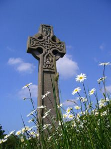 Eileen Music #Celticcross #celticmusic #cross #stone #figure #sky #skyporn #bluesky #llife #flowers #OxefeDaisy
