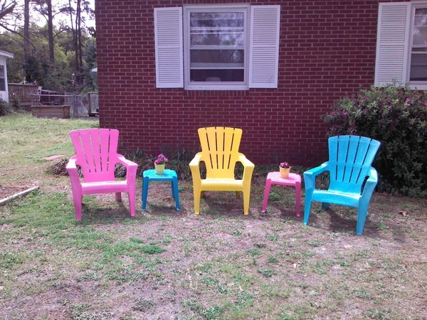 Old resin lawn chairs....  Colorful spray paint....  new Spring cuteness!!  Love this! @Sara Dodson repurposed
