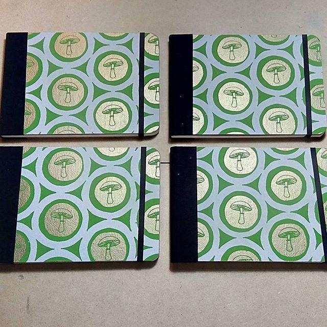 Nuevas libretas naturaleza◽reino fungi🔸 Trama en dorado y verde 💚 serigrafía de #entrerizomas 💛 #ensoñaciontallerdeencuadernacion #serigrafías #libretas #naturaleza #reinofungi #encuadernaciónartesanal #tallerdeencuadernacion