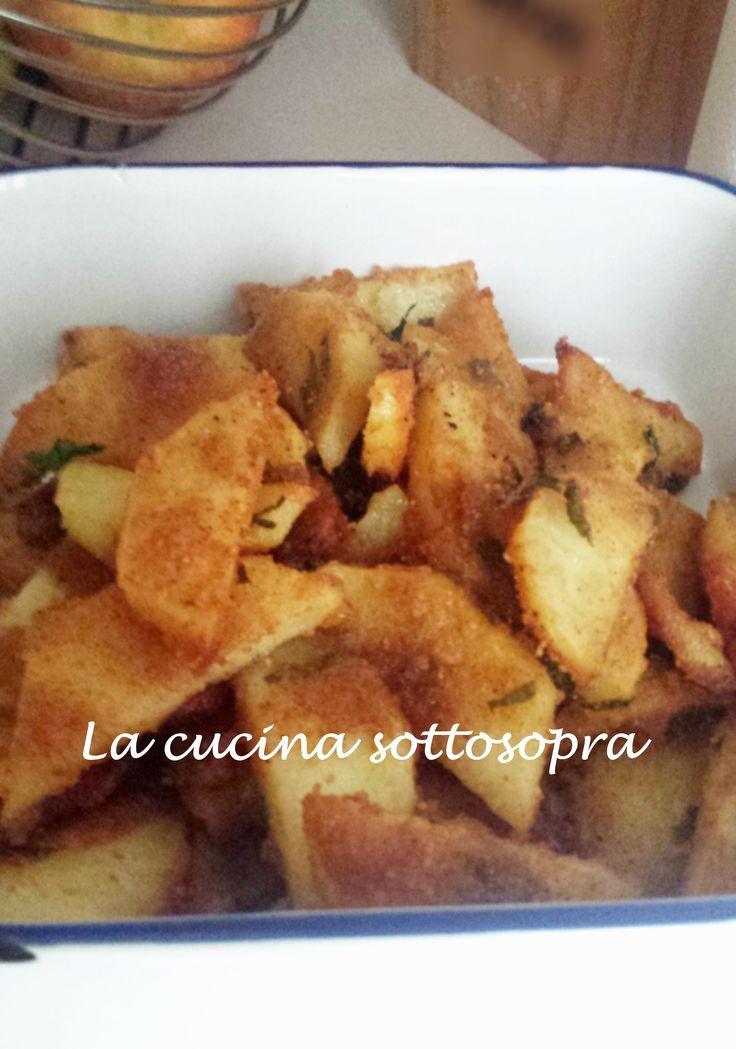 La focaccia morbida con patate, cipolla rossa e pancetta è condita con patate a cubetti, fettine di cipolla rossa e pancetta dolce o affumicata..golosissima!