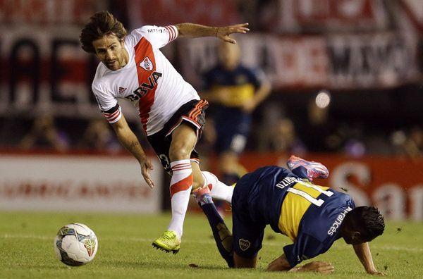 Leonardo Ponzio se escapa con la pelota. River eliminó a Boca y se mete en la final de la Copa Sudamericana