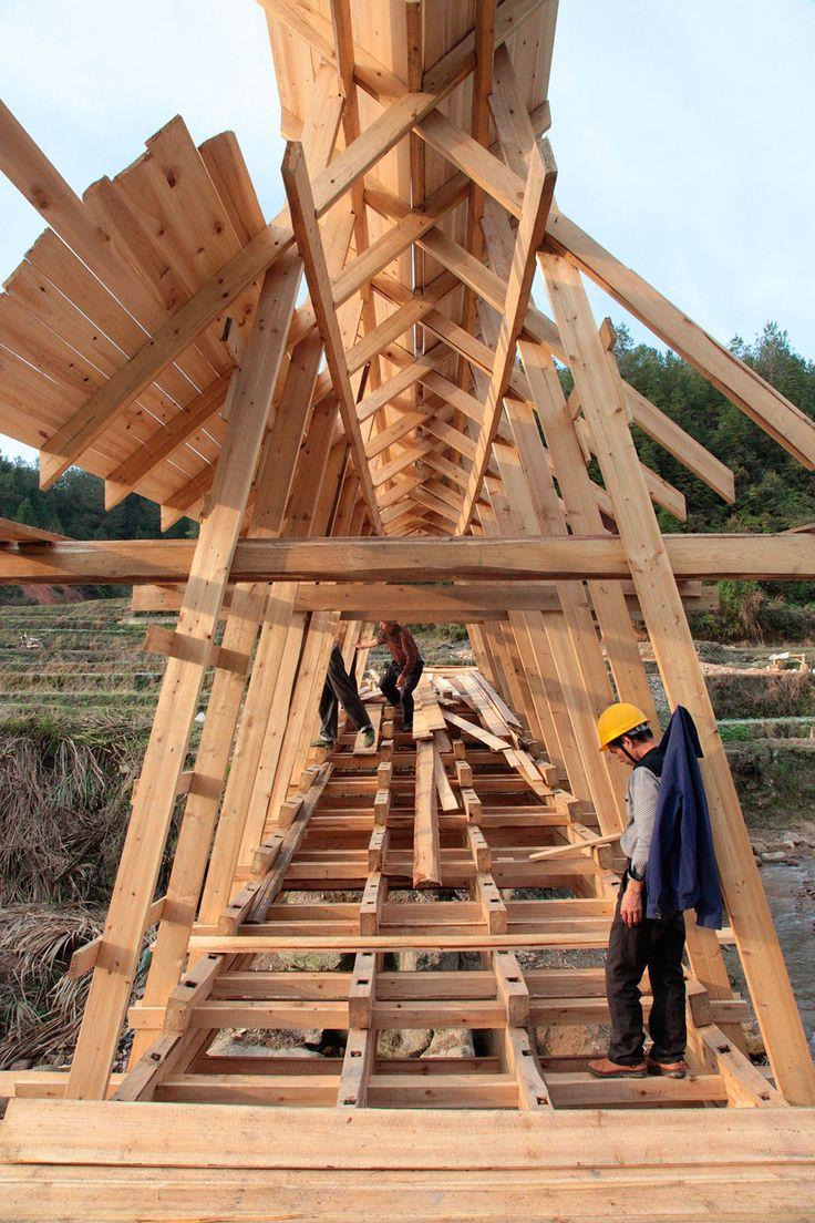 Construcción del Puente de Viento y Lluvia por Donn Holohan. Imagen cortesía de…