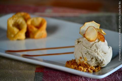 Nez Bistrô (jantar)    Mini capelettis de tartin com sorvete de canela  Mini pastéis de maçã com sorvete de canela