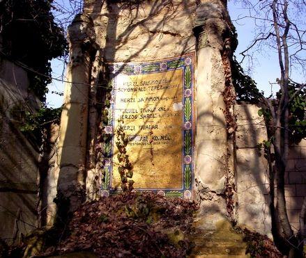 """Mond Önnek valamit, a Salgótarjáni út 6? Itt a Fiumei úti Nemzeti Sírkert szomszédságában alussza álmát, málló pompáját kicsit hátrahagyva a lezárt zsidó temető. Időnként """"városi turisták"""", megemlékezők ébresztgetik.   Havonta egy alkalommal akár Ön is lehet..."""