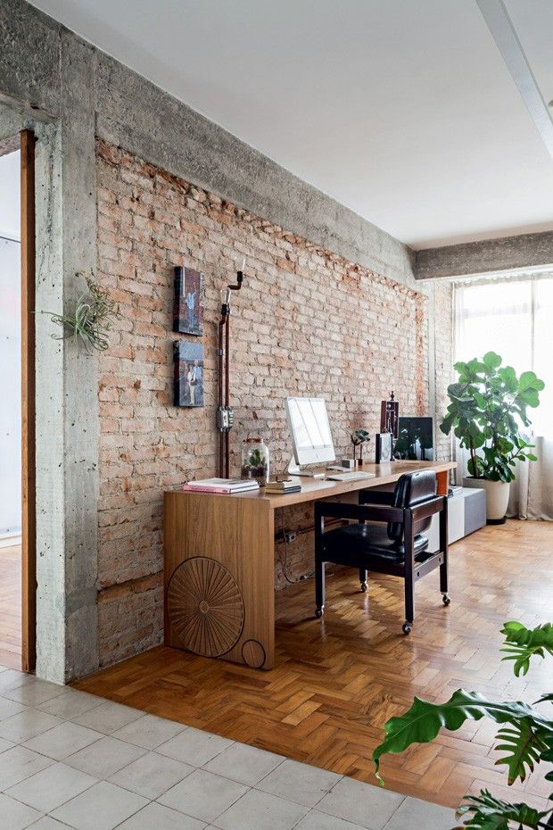 Luz natural, verde exuberante, texturas despojadas. Com esses elementos, o arquiteto Rogério Gurgel deu jeito de casa a este apartamento. Tem bônus: ele uniu estilos opostos, com baixo orçamento e histórias interessantes.