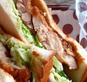 柔らかジューシーな鶏肉で食べごたえあり★ <材料> ●食パン4枚切り1枚 ●鶏もも肉1枚(100gほど) A塩少々 A酒小さじ1ぐらい Aチューブのおろししょうが・びゅーっと3センチほど ●片栗粉大さじ1もいらないかしら。 B醤油大さじ1ほど Bみりん大さじ1ほど ●バターかマーガリン好みで ●キャベツ、きゅうり好みで ●マヨネーズ・・・・・・好みで ●酢・・・・・好みでマヨネーズに混ぜて <詳しいレシピはこちら> ↓↓↓ http://www.recipe-blog.jp/viewer/item/10325965