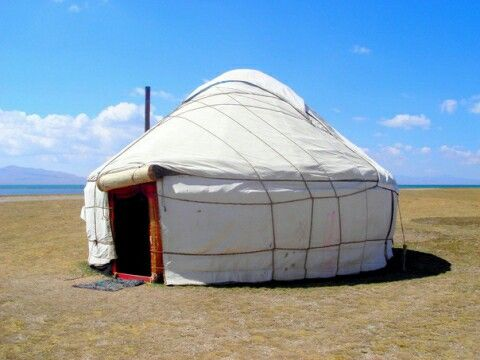 Юрты — особенный тип жилища, которым пользуются кочевые народы (монголы, казахи, калмыки, буряты, киргизы). Круглое, без углов и прямых стен, переносное строение, прекрасно приспособлено к образу жизни этих народов. Юрта защищает от степного климата — сильных ветров и перепадов температур. Деревянный каркас собирают в течение нескольких часов, его удобно перевозить. Летом юрту ставят прямо на землю, а зимой — на деревянную платформу.