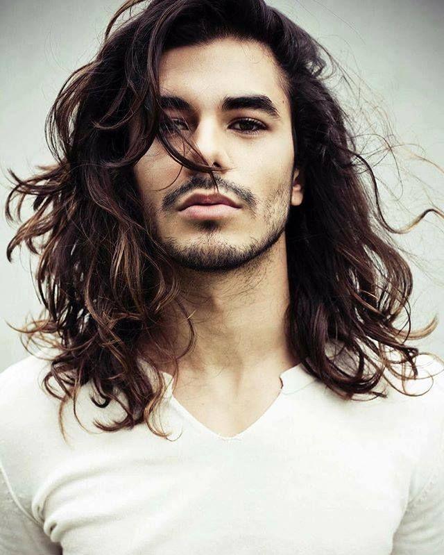 cheveux longs homme coupe tendance cheveux ondulés