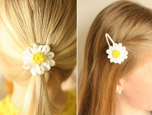 Haarspeldje en elastiekje met madeliefje.