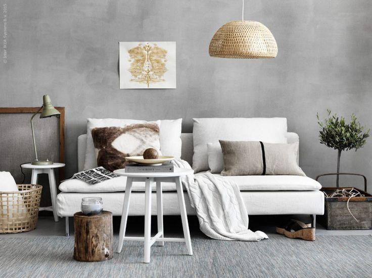 I SÖDERHAMN soffa, design Ola Wihlborg, sitter man djupt, lågt och mjukt! Det luftiga och lätta formspråket gör den till den perfekta sommarsoffan. KRAGSTA satsbord, BÖJA taklampa.