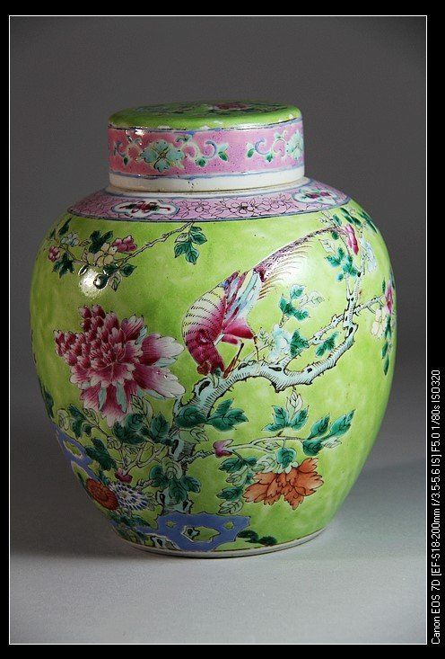 A FAMILLE ROSE PORCELAIN JAR AND COVER. Qing Famille Rose Porcelain Jar Painted Bird and Flower. H: 21.2cm