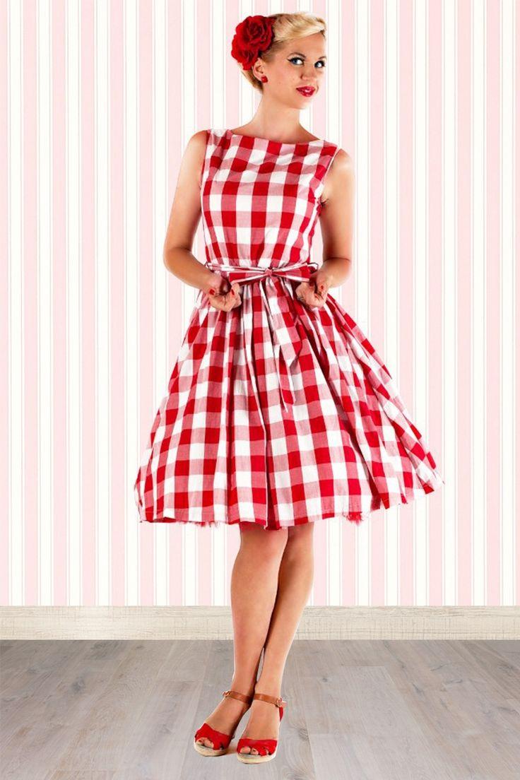 Laden Sie Ihren kompletten Freundeskreis ein! Denn wenn Sie dieses50s Audrey Picnic Swing Dress in Red And WhitevonLindy Bop tragen, werden Sie es nicht abwarten können einen nostalgischen Picknick zu organisieren!Dies elegante U-Boothalslinie und das niedliche rockabilly Karomuster machen aus diesem Kleid eine wahre vintage Augenweide. Hergestellt aus einem strapazierfähigen Baumwolle Mix und versehen mit einem (losen) Stoffgürtel im gleichen Gingham Muster ...