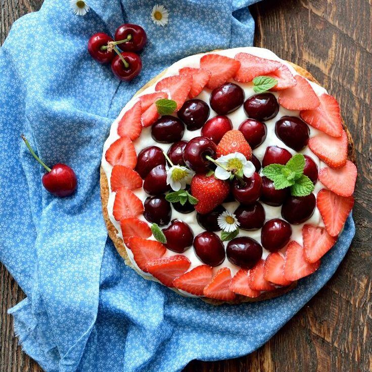 Un dolce bello e buono che sa di estate: la sfogliata con ciliegie e fragole ha una base croccante, un crema soffice e tanta buona frutta fresca.