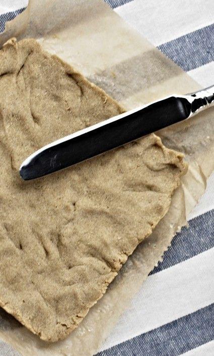 Low Carb Brot ketogene Diät. Dieses kohlenhydratarme Brot hat die perfekten Nährwerte für die ketogene Ernährung. Mit dem hohen Fettgehalt, moderatem Protein-Anteil und fast keinen Kh ist es ideal für deinen Low Carb Ernährungsplan. Wieder ein Rezept also, womit du locker in der Ketose bleibst. Das hilft dir gesund zu bleiben oder / und schnell abzunehmen. Zutaten 30 g Mandelmehl 20 g Low Carb Kartoffelfasern 30 g Butter 1 Ei 1 Prise Salz