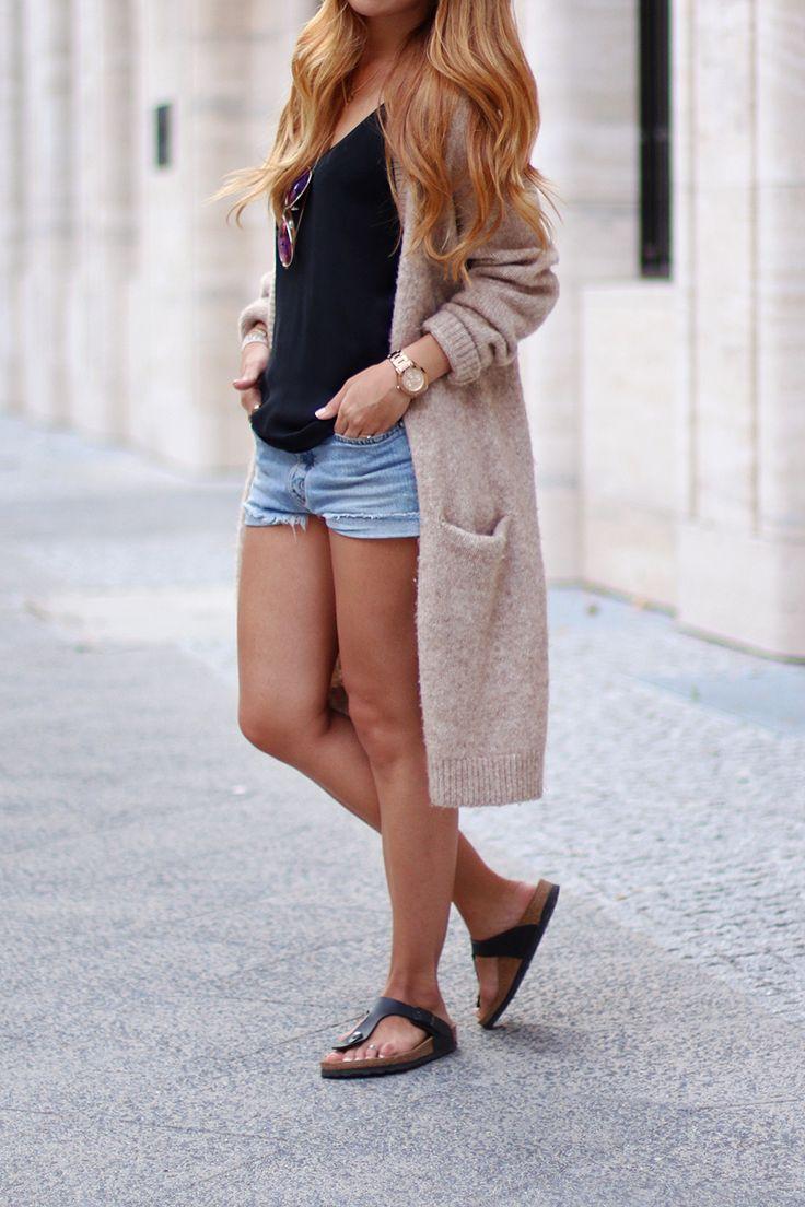 """» Wollmischcardigan (& Other Stories) » Chiffon Top (Zara) » Jeans Shorts (Mih Jeans) » Ledertasche (Zara) » Sonnenbrille (Primark) » Sandalen (Birkenstock) Zufälligerweise greife ich das Thema von meinem letzten Outfit-Post noch einmal auf: Gegensätze. Diesmal aber mit """"kurz"""" gegen """"lang"""". Überlange Jacken und Cardigans sind mir sowieso die liebsten – auch mit 1,60m! Doch am meisten mag ich sie in Kombination zu …"""