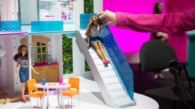 Ακόμα και η  Barbie έχει έξυπνο σπίτι και drone το 2016 - http://secn.ws/1oGIkKl -   Η Mattel αποκάλυψε το Σάββατο στη Διεθνή Έκθεση παιχνιδιών 2016 στη Νέα Υόρκη Το Hello Barbie Dreamhouse, ένα υψηλής τεχνολογίας κουκλόσπιτο. Και επειδή είναι μια σύγχρονη γυναίκα σε ένα σύγχρονο κόσμο, αποκτά και έ�