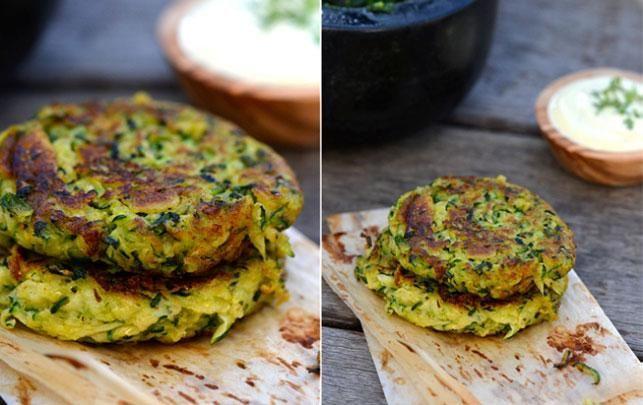 Opskrift på krydrede squashbøffer Ingredienser (ca. 6 stk.) 2 squash 1/2 dl revet parmesan 1/2 dl pankorasp 1 tsk paprika 1 fed hvidløg 1 æg Salt og peber