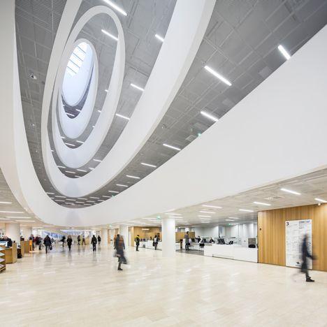 Huecos Curva perforan el suelo de la biblioteca de Helsinki Anttinen Oiva Arquitectos