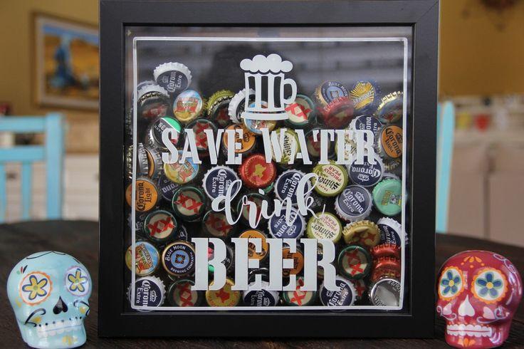 Cadre vitrine avec des capsules de bières