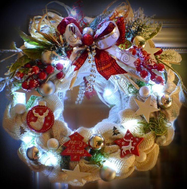 Věnec+Smetanový+s+LED+osvětlením+Vánoční+věnec+na+dveře+nebo+do+interiéru+v+moderním+stylu+,+kombinace+juty,+umělých+květin+a+ozdobných+komponentů.+Vzhledem+k+použitému+materiálu+vám+tento+věnec+vydrží+na+několik+sezón.+je+opatřen+LED+světýlky+na+3+AA+baterie+Použité+barvy:+viz.+foto+Rozměry:+32+cm+Materiál:+textilie,+umělé+květiny,+juta,+ozdobné...