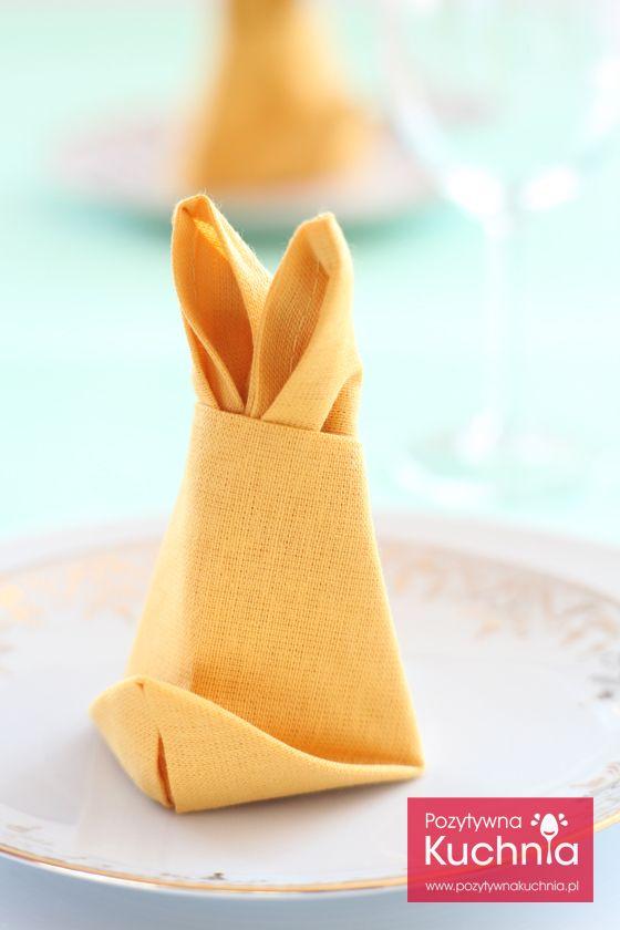 Serwetka - zajączek na #Wielkanoc. #Poradnik o tym jak złożyć serwetkę w zajączka: składanie serwetek w zajączki krok po kroku.   http://pozytywnakuchnia.pl/serwetka-zajaczek/   #home #dom #decor