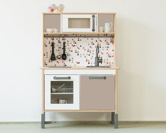 """The popular IKEA DUKTIG play kitchen is an absolute classic among all the children's kitchen models. With the sticker set """"TRIANGLIG"""" it gets an"""