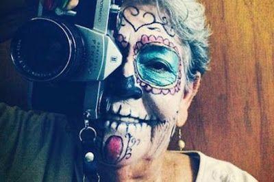 Lo que una octogenaria mexicana puede enseñarnos de Instagram y las redes sociales. María Barajas redescubrió su amor por la fotografía gracias a Instagram. Toma por lo menos 50 imágenes al día, pero sólo publica las mejores, asegura. Mónica Cruz | Verne, El País, 2016-04-07 http://verne.elpais.com/verne/2016/04/04/mexico/1459729458_585454.html