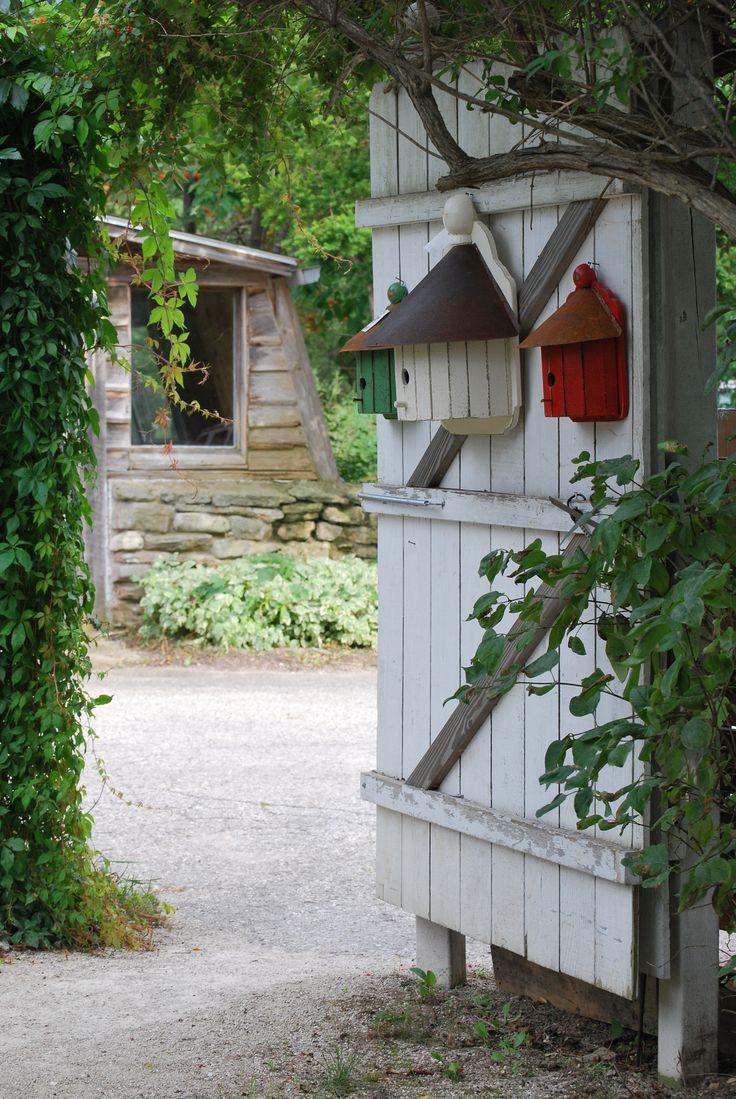 Des maisons d'oiseaux sur la porte du jardin.                                                                                                                                                                                 Plus
