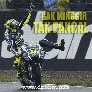 DP-BBM-Meme-Lucu-Valentino-Rossi-Vs-Marc-Marquez-Gak-Minggir-Tak-Pancal.gif (300×300)